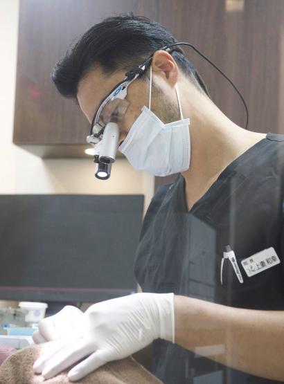 精密・正確な治療のためにマイクロスコープ(歯科用顕微鏡)イメージ1   施設・設備   こうづま歯科医院
