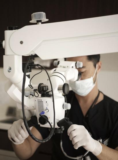 精密・正確な治療のためにマイクロスコープ(歯科用顕微鏡)イメージ2   施設・設備   こうづま歯科医院